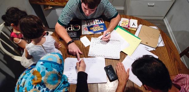 Stocks ajuda família síria com aulas de inglês em seu apartamento, em Marietta, Geórgia