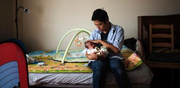 Gilbert Kwok com seu filho Zachary, que nasceu prematuro em casa, em Nova York