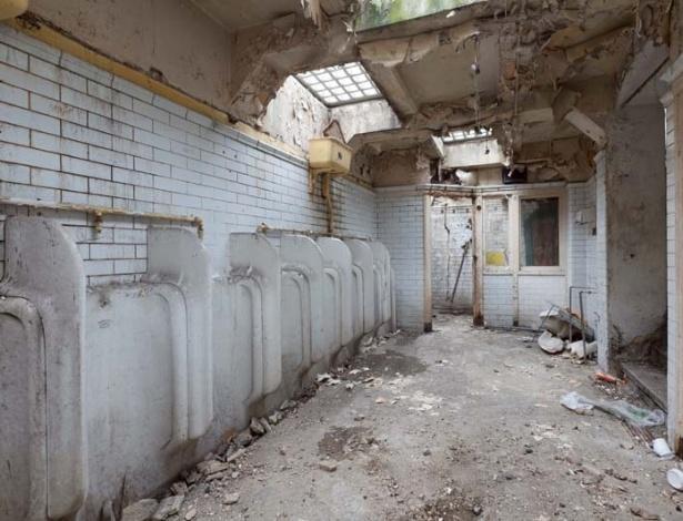 ANTES: quem diria que esse antigo banheiro público viraria uma casa fofa...