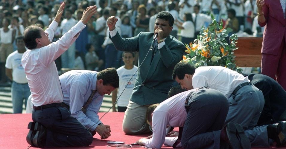 O bispo Edir Macedo (o primeiro à esquerda) participa de culto da Igreja Universal no Estádio do Maracanã, no Rio de Janeiro, ao lado do sobrinho, Marcelo Crivella