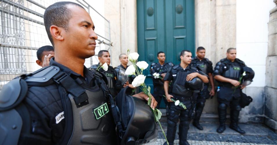 12.dez.2016 - Policiais que faziam segurança na frente da Assembleia Legislativa do Rio de Janeiro, durante protesto de servidores estaduais contra o pacote de austeridade do governo receberam flores dos manifestantes