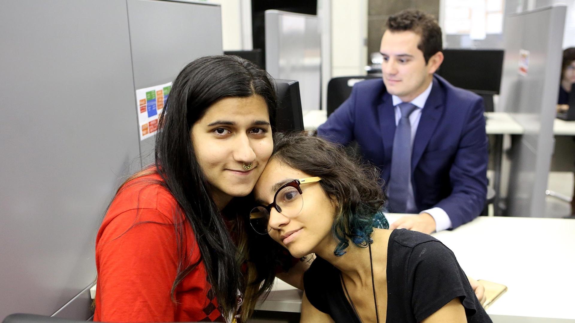 9.dez.2016 - A trans Aurora, 21 (à esquerda), foi à Defensoria Pública do Estado de São Paulo, na capital paulista, para entregar documentos e mudar o nome do registro civil. Na foto, Aurora está junto com a namorada, Daniela, 18. A mãe de Aurora, Rosana, também esteve junto