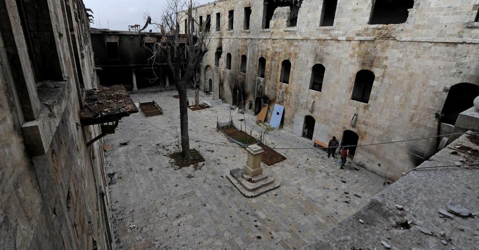 22.dez.2016 - Uma foto geral de 2016 mostra os danos no pátio da escola de al-Sheebani, na Cidade Velha de Aleppo, Síria. Além da escola, casas de banho, mesquitas medievais, casas de comércio e a escola da igreja al-Shibani, evidência de tolerância religiosa na região, foram danificadas