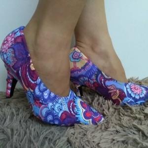 dde39a0ef Ela fatura vendendo capa para sapato para quem quer variar cores e ...