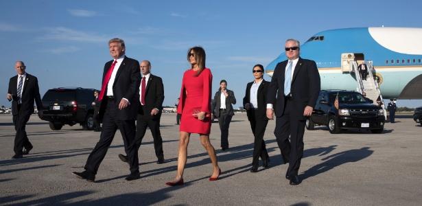 10.fev.2017 - O presidente Donald Trump e a primeira-dama, Melania Trump, chegam de West Palm Beach, na Flórida