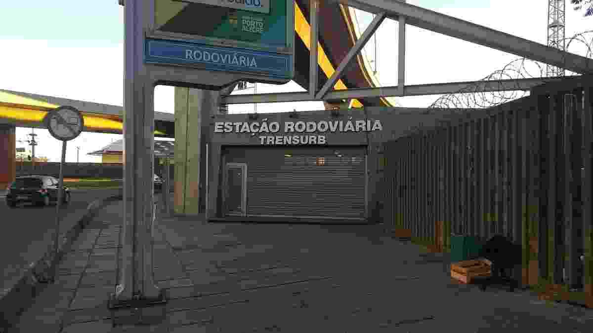 28.abr.2017 - Estação Rodoviária, uma das mais movimentadas do trem urbano de Porto Alegre, permanece fechada. Os trens não circulam nesta manhã na região metropolitana da capital gaúcha na manhã desta sexta - Flavio Ilha/Colaboração para o UOL