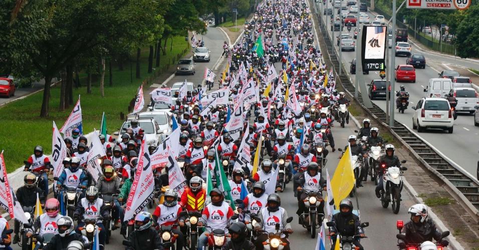 28.abr.2017 - Um grupo de motoboys circulou por importantes vias da cidade de São Paulo em adesão à greve geral convocada por sindicatos de trabalhadores nesta sexta-feira