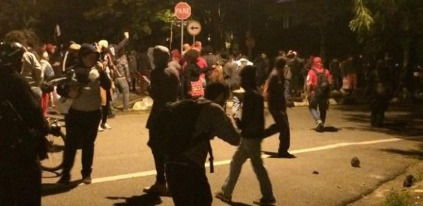 Protesto acaba em confronto em frente à casa do presidente Temer, na zona oeste de SP