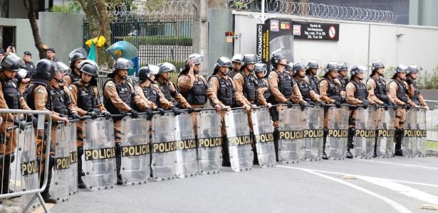 Policiamento reforçado em frente à Justiça Federal durante o depoimento do ex-presidente Lula para o juiz Sergio Moro, na Justiça Federal em Curitiba