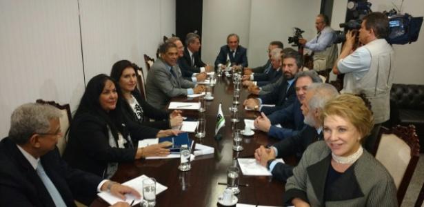 04.jul.2017 - Senadores do PMDB participam de reunião para definir o novo líder do partido no Senado. O escolhido foi Raimundo Lira (ao fundo)