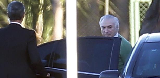 Michel Temer deixa o Palácio do Jaburu, em Brasília, para participar de reunião com ministros e líderes da base aliada  - Dida Sampaio/Estadão Conteúdo