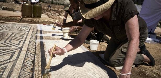 Arqueólogo trabalha em mosaico encontrado em sítio romano nas margens do rio Ródano, no sudeste da Franca