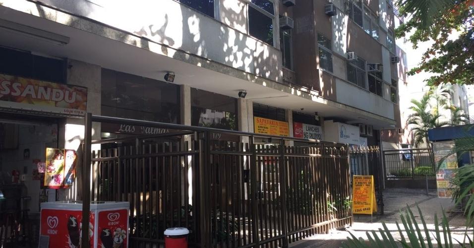 No Flamengo, um prédio residencial com comércio no térreo está sendo gradeado aos poucos, para evitar que mendigos durmam debaixo da marquise onde se encontram os estabelecimentos comerciais