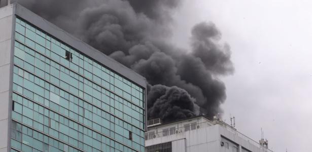 10.ago.2017 - Incêndio em prédio da Embratel na avenida Presidente Vargas