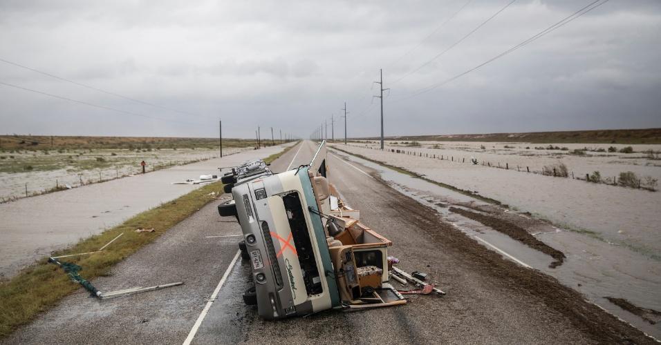 26.ago.2017 - Veículo destruído em estrada nos arredores de Rockport, cidade costeira atingida pelo furacão Harvey, no Texas. A cidade estava na rota do fenômeno