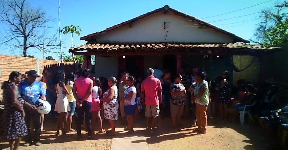Familiares e amigos no velório da pequena Talita Bispo, 4, décima vítima fatal do incêndio a uma creche de Janaúba (MG)