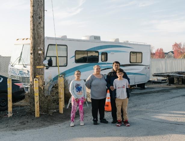 Adela Morales e Adrian Bonilla com seus netos Jaslene Orozco, 9, e Raul Orozco, 10, que moram juntos em um trailer em East Palo Alto, Califórnia
