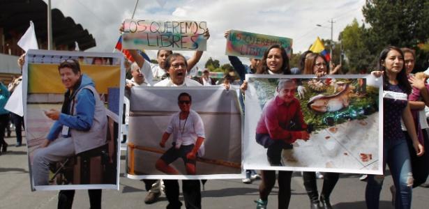 Parentes de Paul Rivas, Javier Ortega (c) e Efrain Segarra, sequestrados no Equador, pedem pela libertação dos reféns
