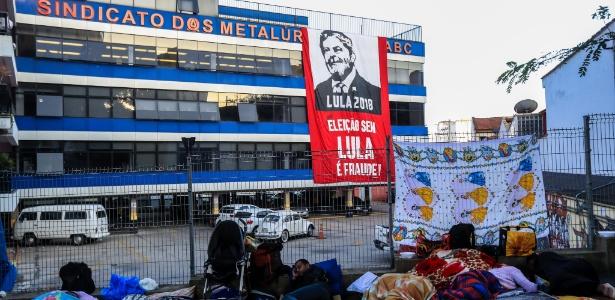 6.abr.2018 - Apoiadores do ex-presidente Luiz Inácio Lula da Silva (PT) amanhecem em frente ao prédio do Sindicato dos Metalúrgicos do ABC, em São Bernardo do Campo (SP), onde passaram a noite