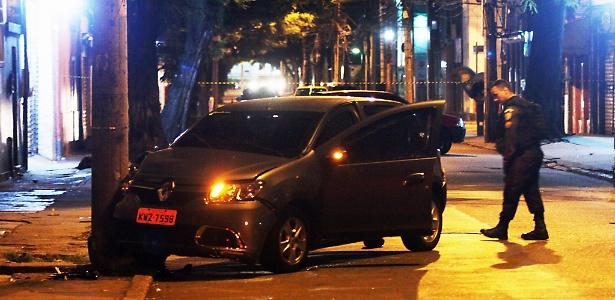 Durante o cerco da PM, suspeitos bateram o carro em um poste - Agência O Globo