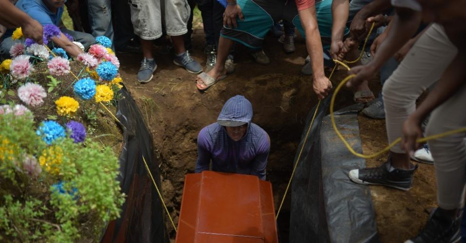 16.jul.18 - Enterro do estudante Esteban Sevilla, morto durante confronto de manifestantes com forças policiais e paramilitares da Nicarágua
