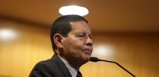 General Hamilton Mourão (PRTB), candidato a vice na chapa de Jair Bolsonaro (PSL), participa de debate no Secovi-SP