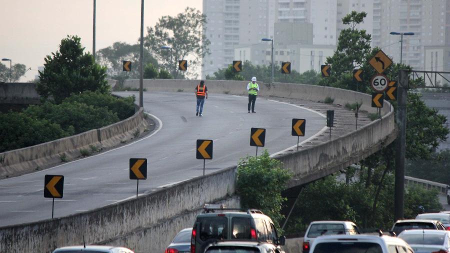 24.jan.2019 - Engenheiros vistoriam pista interditada da Marginal Tietê que dá acesso à Via Dutra - Willian Moreira/Futura Press/Estadão Conteúdo