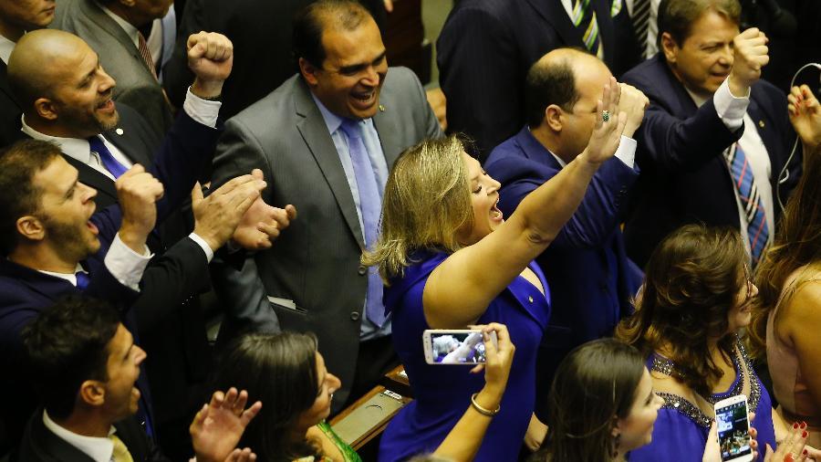 A deputada Joice Hasselmann (PSL) faz juramento durante sessão de posse dos novos deputados eleitos para a 56ª legislatura da Câmara, no Plenário Ulysses Guimarães do Congresso Nacional, em Brasília - DIDA SAMPAIO/ESTADÃO CONTEÚDO