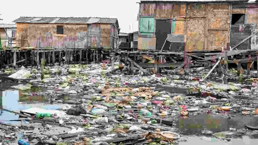 Problemas com descarte de lixo em omunidade na divisa dos municípios de Santos e São Vicente, na Baixada Santista (SP) - Flavio Moraes/UOL