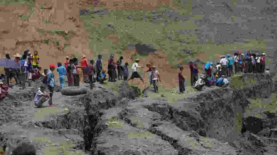 23.abr.2019 - Moradores locais observam em uma mina de jade que desmoronou em Hpakant, estado de Kachin, Mianmar - Stringer/Reuters