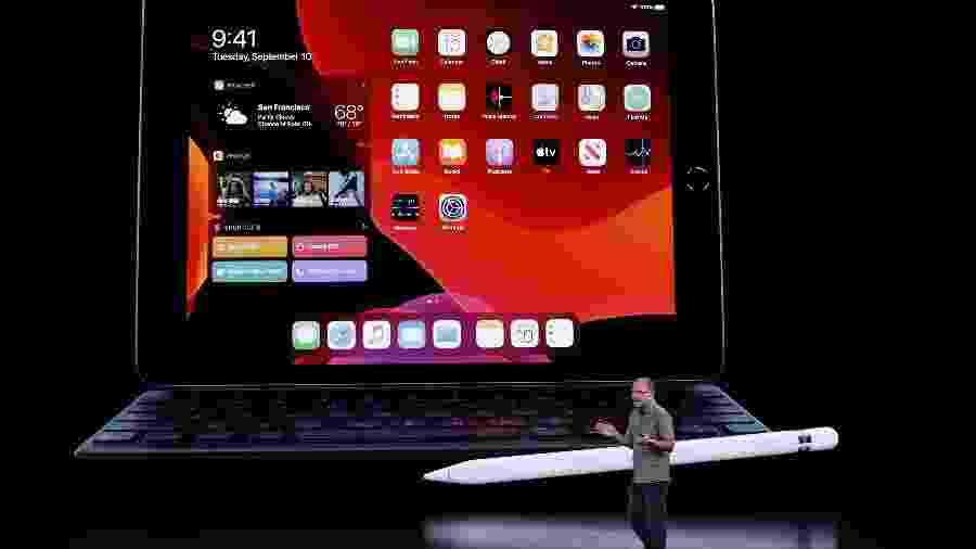Greg Joswiak, vice-presidente de marketing de produto da Apple, mostra o novo iPad - Stephen Lam/Reuters
