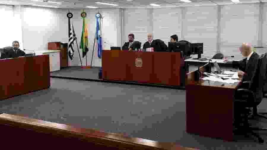 O desembargador José Lunardelli (na mesa da esq.), o procurador regional João Francisco Bezerra de Carvalho (à esq. na mesa ao centro) e o desembargador Nino Toldo (ao centro); na mesa à direita, o desembargador Fausto de Sanctis - Marcelo Oliveira/UOL