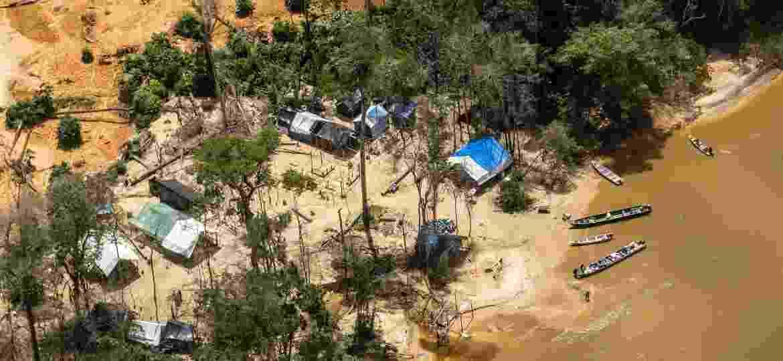 """Garimpos ilegais próximo à comunidade Ye""""kwana, terra Yanomami, a mais cobiçada em número de pedidos de pesquisa mineral  - Rogério Assis / ISA"""
