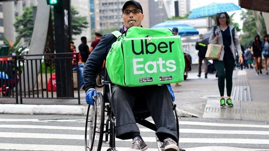 Luciano Oliveira entrega comida pela Paulista e regiões próximas em uma cadeira de rodas - Cortesia/Luciney Martins/O SÃO PAULO