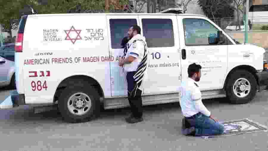 Avraham Mintz, judeu, e Zoher Abu Jama, muçulmano, rezam juntos em meio à pandemia do coronavírus - Reprodução