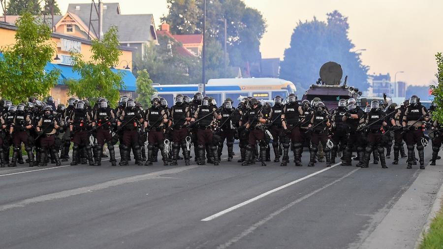 30.mai.2020 - Policiais em trajes especiais avançam contra manifestantes nos EUA - Craig Lassig/Efe