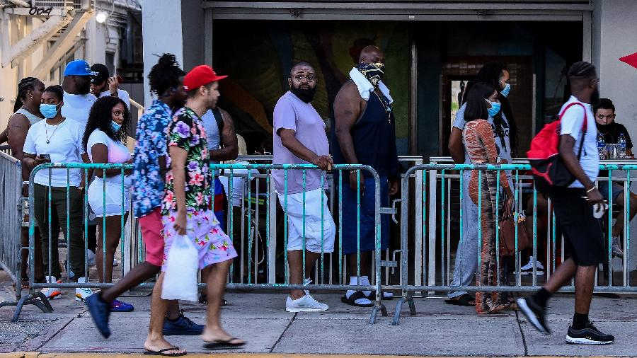 Moradores da Flórida (EUA) fazem fila para entrar em restaurante em Miami Beach, na Ocean Drive - Chandan Khanna/AFP