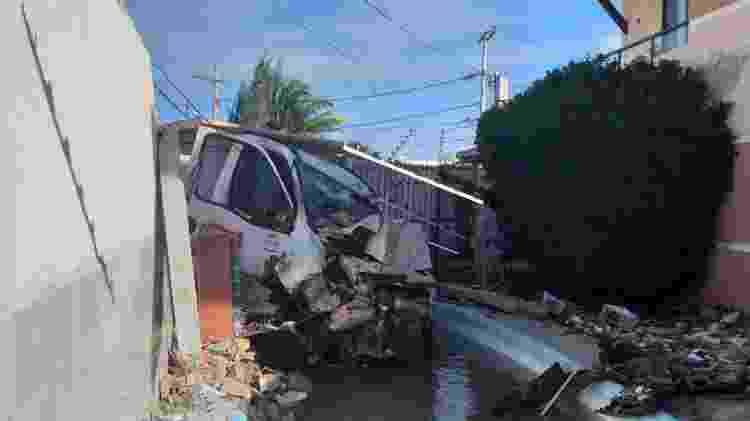 Caminhão derruba muro e cai em piscina de condomínio em Salvador 02 - Divulgação/Transalvador - Divulgação/Transalvador