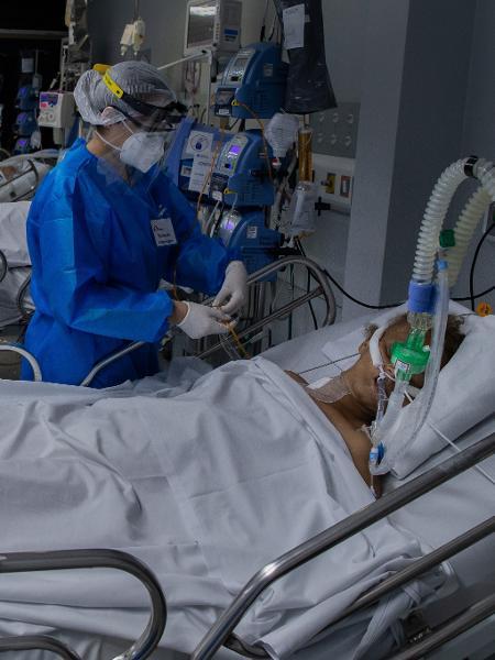 Paciente com covid-19 é atendido na UTI do Hospital Tide Setubal, na zona leste de São Paulo - Eduardo Anizelli/Folhapress