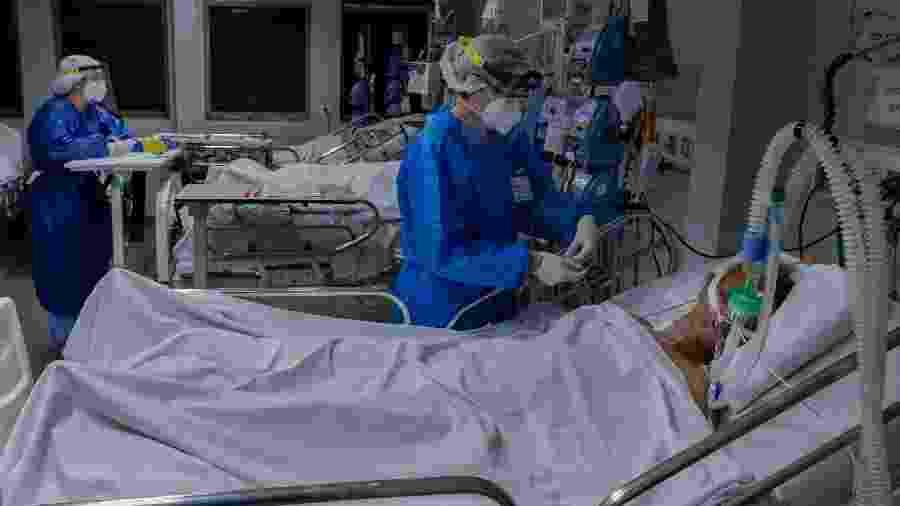 Paciente com covid-19 é atendido na UTI de hospital da capital, em agosto - Eduardo Anizelli/Folhapress