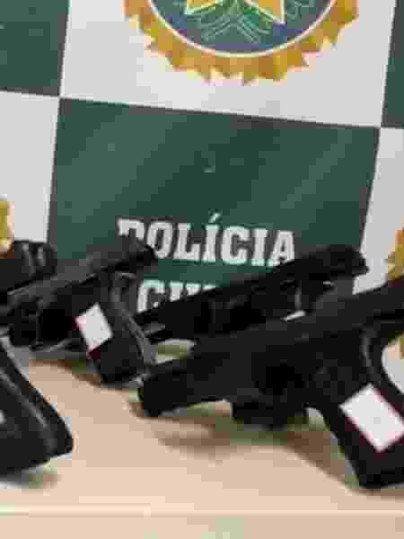 15.out.2020 - Polícia aprendeu pistolas semiautomáticas após ação contra milícia em Nova Iguaçu (RJ) - Divulgação/Polícia Civil