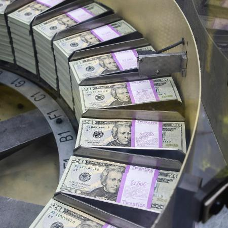O dólar à vista fechou em alta, mas longe das máximas da sessão, e a cotação no mercado futuro chegou a cair no fim da tarde - Eva HAMBACH / AFP