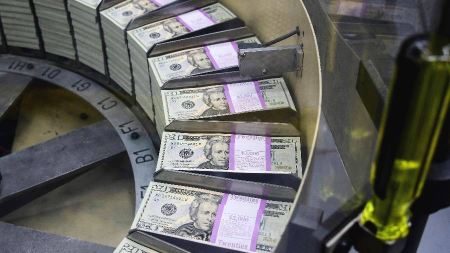 O dólar comercial fechou hoje em leve queda de 0,09% ante o real, cotado a R$ 5,601 na venda - Eva HAMBACH / AFP