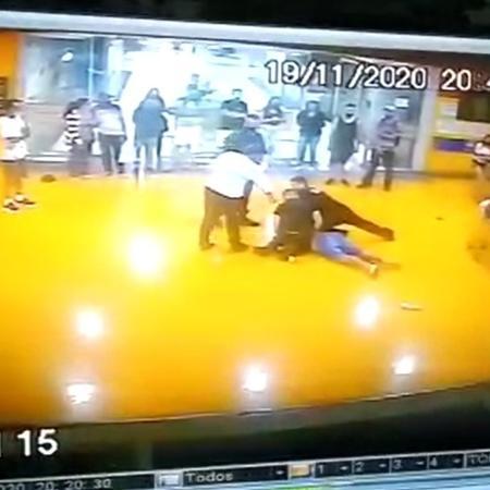 João Alberto foi morto na saída para o estacionamento do Carrefour de Porto Alegre - Reprodução