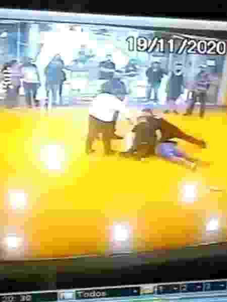 João Alberto foi morto na saída para estacionamento do Carrefour - Reprodução