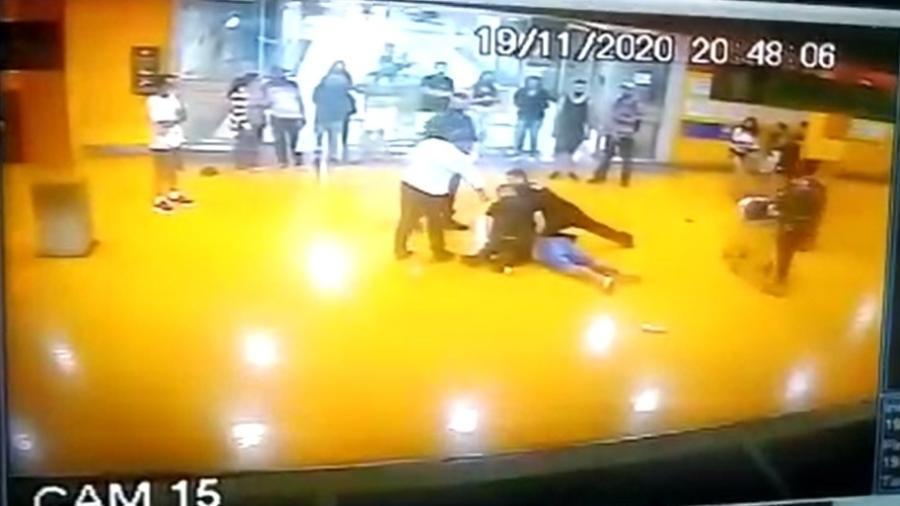 A morte João Alberto Silveira Freitas por dois seguranças foi registrada pelas câmeras de segurança do Carrefour. - Reprodução