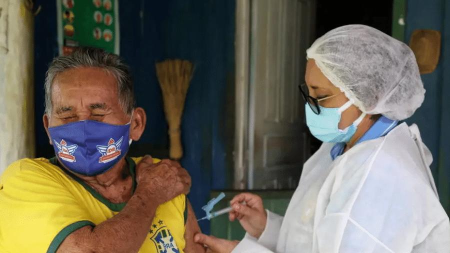 Paciente de 90 anos recebe vacina da Oxford-AstraZeneca no Brasil - Bruno Kelly/Reuters