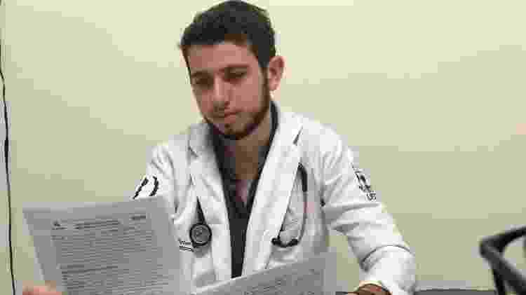 José Victor Menezes com prontuários de pacientes - Arquivo pessoal - Arquivo pessoal
