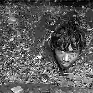 Essas pessoas muitas vezes têm de descer às galerias de drenagem de águas ? algumas são tão profundas que poderiam acomodar um ônibus de dois andares. Depois de emergir, o trabalhador pode continuar tremendo por hora ou mais. O trabalho não requer habilidades especiais, apenas um par de braços e pernas e a coragem de descer até o inferno - Sudharak Olwe/BBC