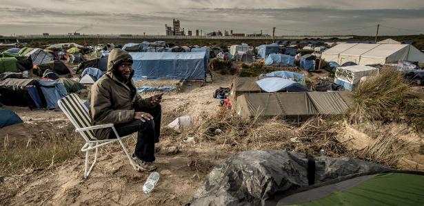 Sudanês aguarda em acampamento para imigrantes africanos em Calais, na França
